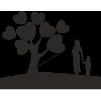 Мама с ребенком воозле дерева с сердечками